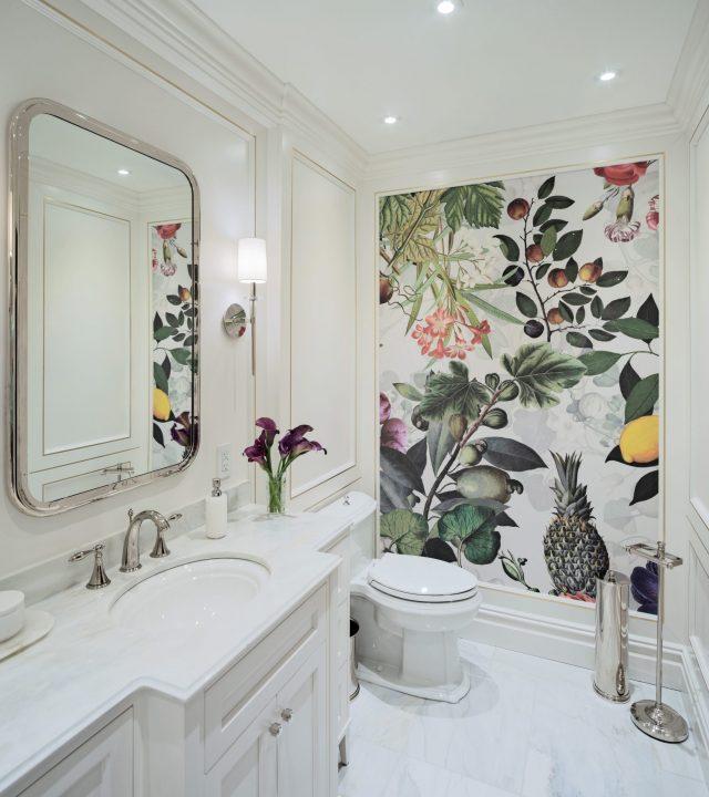 Salle de bain avec mur de fleurs - Cote Des Neiges, Westmount
